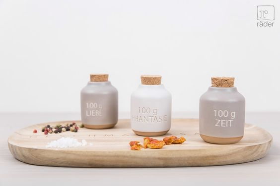 Gewürzflaschen-Set von räder. Dose aus Steinzeug, mit Gravur, teils glasiert. Deckel aus Kork.  http://www.raeder-onlineshop.de/Kueche-Tafel/Kueche-Kochen/Gewuerzsets/