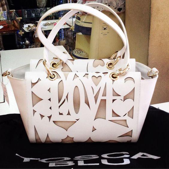"""Quem conhece a marca italiana Tosca Blu? As bolsas são de super qualidade e o trabalho no couro que eles fazem é incrível. Essa por exemplo é toda recortada em formato de coração com a palavra """"love""""."""