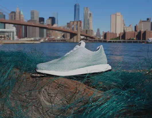Muito bom quando o ciclo fecha e a matéria prima retirada do Meio Ambiente retorna como um novo produto. Estes sapatos foram fabricados a partir de resíduos de plástico do Oceano. #sustentabilidadeempresarial - Adidas