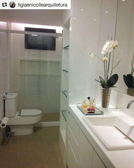 Banheiro clean com piso vinílico. @ligiaenicollearquitetura