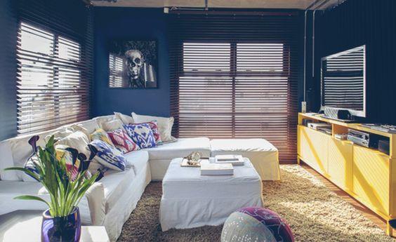 A solução para incluir cores na decoração é investir em uma base neutra, como branco, cinza ou cru, e acrescentar um ou, no máximo, dois tons fortes complementares em detalhes, como mesa lateral, tapetes ou almofadas. Veja outras dicas no blog.