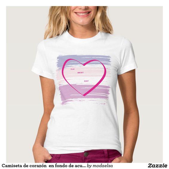 Camiseta de corazón  en fondo de acuarelas