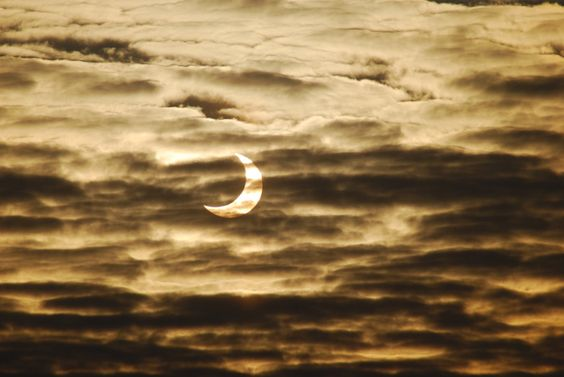 Partielle Sonnenfinsternis Partielle Sonnenfinsternis Am 20. März 2015 verdunkelt sich die Sonne über Europa um bis zu 80 Prozent. Ist das Wetter gut, könnte das große Leistungsschwankungen im Stromnetz hervorrufen.
