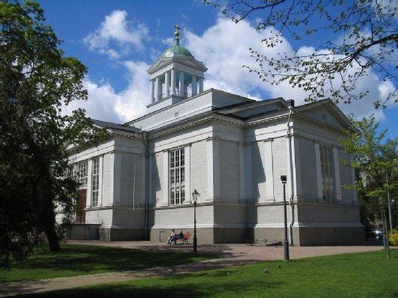 Vanha kirkko, Helsinki Die gelbe Holzkirche entstand 1824 im Empirestil. Der vier Jahre später hinzugefügte Glockenturm mit Einzeigeruhr geht auf Pläne von Carl Ludwig Engel zurück. Die Kirche steht am Zentralplatz (Keskustori).