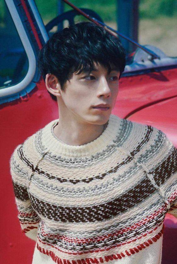 アースカラー×クルーネックセーターコーデの坂口健太郎のファッション