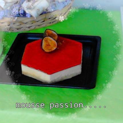 La meilleure recette de Mousse fruit de la passion! L'essayer, c'est l'adopter! 5.0/5 (4 votes), 13 Commentaires. Ingrédients: Pour la génoise#  125 g de farine tamisée, 125 g de sucre glace, 4 œufs   Pour la mousse:  500 g de pulpe de fruits de la passion  250 g de Sucre en Poudre  1/2 Jus de Citron  7 Feuilles de Gélatine  500ml de Crème Fleurette  Le miroir passion:  200g de coulis de passion  30 g de sucre  2 feuilles de gélatine