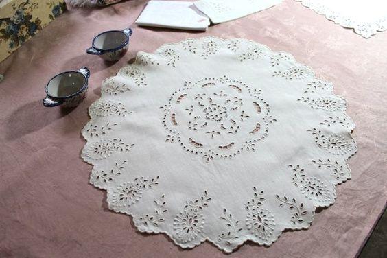 Centre de table en fil de lin à broderies faites main / Linge ancien 157713-5