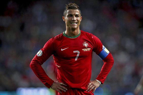 A única pessoa a ultrapassá-lo é a cantora colombiana Shakira. O jogador português é o primeiro homem – e o primeiro atleta – a alcançar a marca de 100 milhões de fãs na rede social