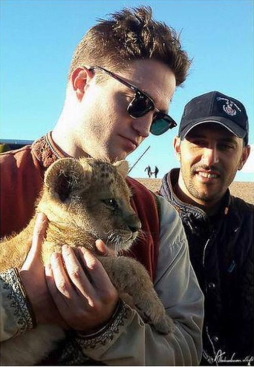 NEW PICS: behind the scenes shots of Robert Pattinson on the set of Queen of the Desert
