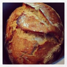 Voici une recette pour faire son pain à la maison, sans pétrir, c'est magique. Une simple cocotte en fonte et un résultat de boulanger. Recette pain