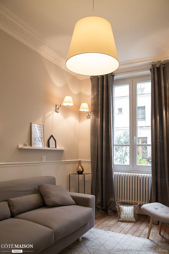 un salon cosy avec rideaux et tapis la d co y est soign e avec par exemple une petite tag re. Black Bedroom Furniture Sets. Home Design Ideas