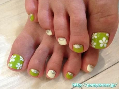 Foot nail depicting a flower of white to green: