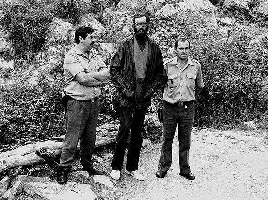 Dos guardias civiles destinados en la provincia de Segovia se dirigieron a Julio Cortázar aquella tarde de agosto de 1983, entre entusiasmados y cohibidos por saludar al escritor argentino en medio de un sendero rural. En esta imagen, la pareja y Cortázar posan como si él escritor fuese un detenido.
