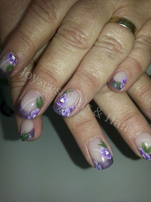 Korte gelnagels met paarse French en handgeschilderde bloemen.  Gel nails with purple French and handpainted flowers.