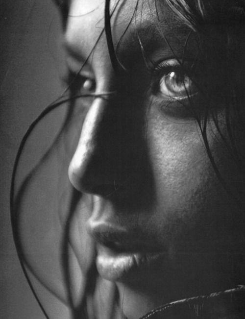 joli 3/4, focus sur la pupille gauche, profondeur de champ de qqes cm, par ex avec 1 50mm à F1.8 ou 2. Point chaud sur le plat du nez provenant probablement du soleil à travers 1 petite fenetre. Imperfection qui rend ce portrait + naturel et touchant qu'1 éclairage parfait en studio...