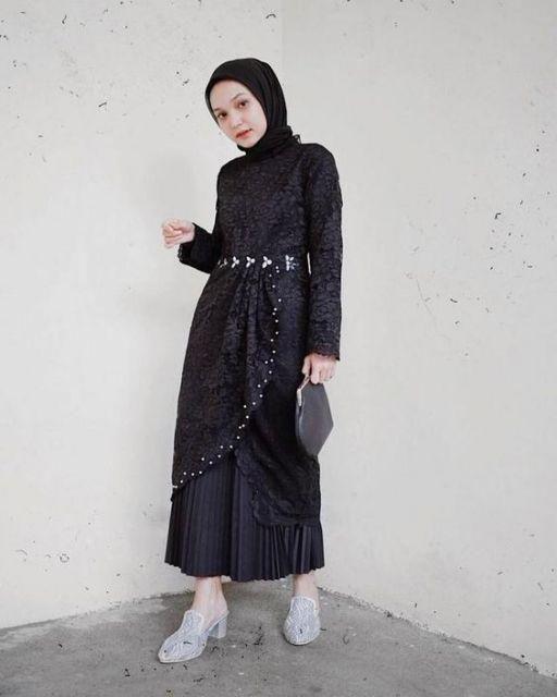 8 Model Gamis Hingga Kebaya Hitam Yang Anti Mainstream Bukti Yang Simpel Lebih Elegan Gaya Berpakaian Model Baju Wanita Pakaian Jelita