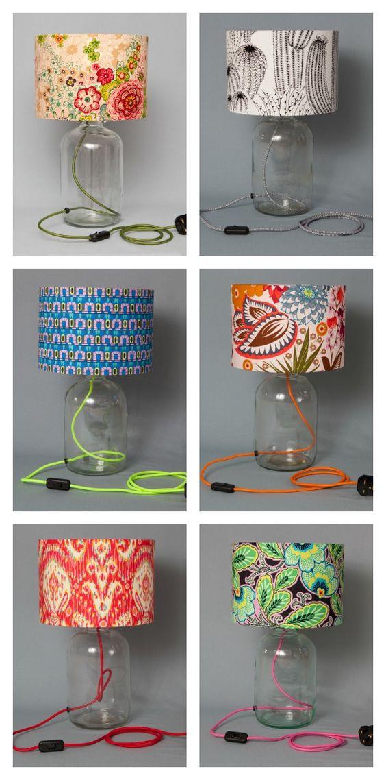 Lámparas con acentos de color.