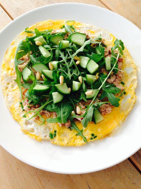 Ei/omelet wrap maken met tonijn en rucola, voor vegetarische versie tonijn vervangen door gebakken champignons