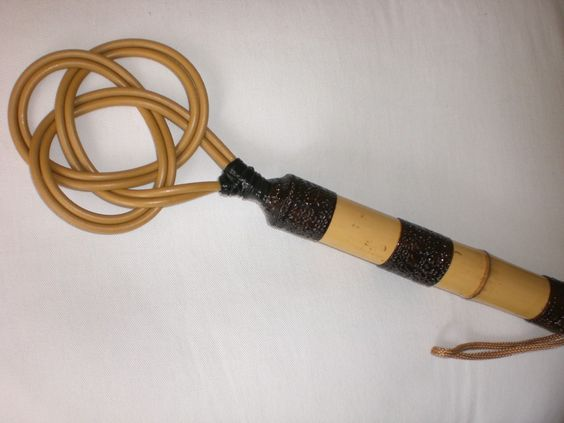 Cane de fibra lisa com cabo de bambú decorado.  Cabo 20 cm. http://www.wzfetish.com.br/produtos/CANE-LISA.html