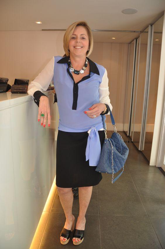 Silvia veste: Camisa Mix, Bolsa Chanel e Colar Lanvin.