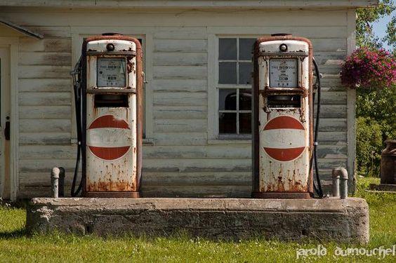 Les vieilles pompes à essence St-Armand, Quebec via Urbex