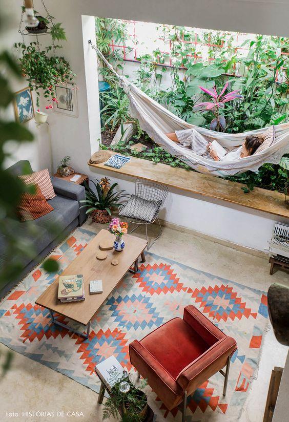 Sala com jardim interno e rede de balanço
