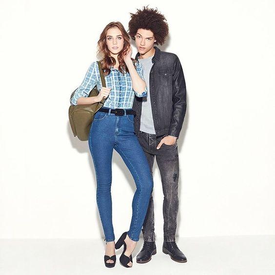 Casal em sintonia é assim: combina até no look.Com jeans da cabeça aos pés, ela usa calça de cintura alta e sandália meia pata e não resiste à jaqueta jeans com skinny preta dele. #DiaDosMisturados  Camisa jeans 8186923 Sandália 8329569 Skinny 8299668