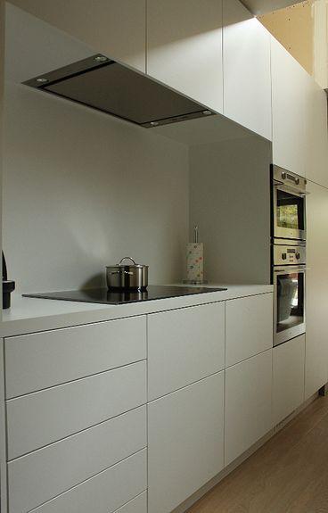 Keuken keuken in witte laminaat, deuren en schuiven open door te ...
