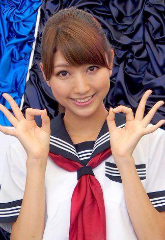 デビュー曲でセーラー服を着ている三田友梨佳アナの画像
