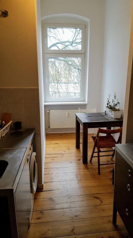 Hell möblierte Küche mit weiß gestrichenen Holzdielen, großem - küchen mit sitzgelegenheit