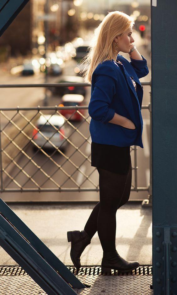 Schickes Outfti mit schwarzer Hotpants und blauem Blazer