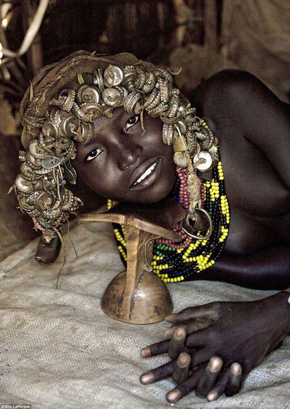 Los Daasanach: Una Tribu Etíope que Recicla Desechos del Mundo Moderno y los Transforma en Accesorios de Moda