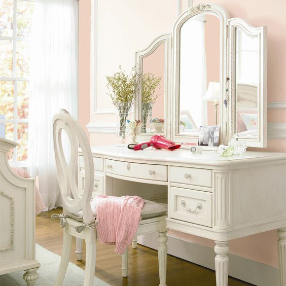 Il faudrait vraiment que j'ai un grand dressing, mais un coin maquillage distinct de la salle de bain et de la chambre, c'est quand même trop mignon...