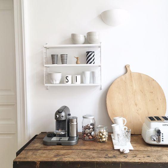 Durch das Pocket Wandregal von String wirkt die Küche von @svenja_traumzuhause clean und minimalistisch.