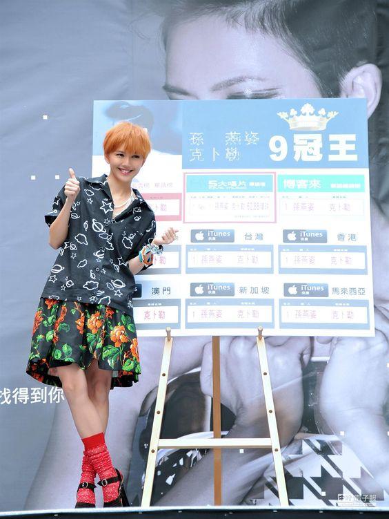【孫燕姿簽唱 3000歌迷擠爆賀奪9冠】 孫燕姿今天下午在信義威秀廣場會歌迷。(環球唱片提供)