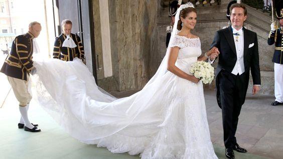 Prinzessin Madeleine von Schweden hüllte sich 2013 an ihrem großen Tag in einen romantischen Valentino-Traum aus weißer Spitze.