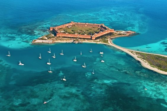 W ramach Work and Travel wybieracie się do przeróżnych zakątków USA. Jednym z częściej wybieranych przez Was miejsc jest słoneczna Floryda! A warto wiedzieć, że to nie tylko Key West i parki rozrywki, ale także inne ciekawe miejsca - jak coćby mniej znane, a stanowczo nie mniej warte obejrzenia Dry Tortugas. Przeczytajcie, co to takiego! #workandtravel #workandtravelusa #wat2016 #usa2016 #selfplacement #lastminute #zapisy #watusa #floryda #florida…