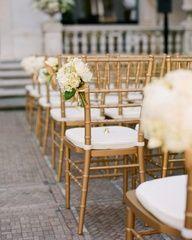Le sedie utilizzate nella cerimonia all'aperto avranno, da un lato, un piccolo bouquet che richiama i fiori dei grandi vasi all'entrata