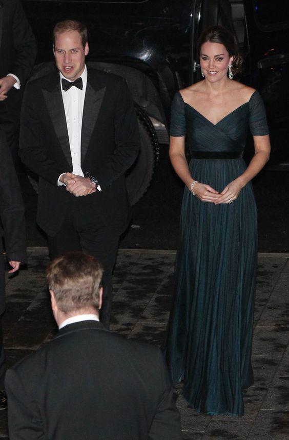 Le Duc et la Duchesse ont assisté au dîner de gala au Metropolitan muséum of art à New York, en l'honneur du 600e anniversaire de l'université de Saint-Andrews. La Duchesse portait une magnifique robe bleu nuit de Jenny Packhman et une paire de boucles d'oreille en émeraudes et diamants.