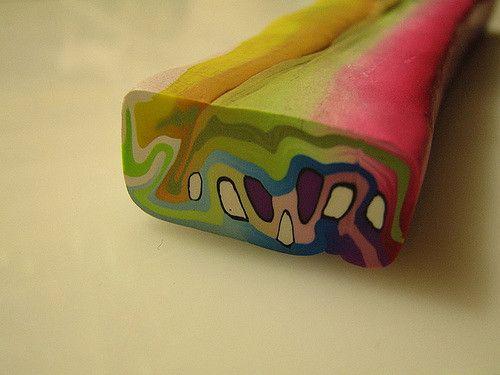 Este es diferente del anterior, son capas de colores degradados y cordones incrustados de colores sólidos. Todo agrupados en una sola murrina