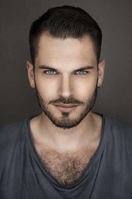 Se llama Gilles C. Paris, es un modelo @OdalaraC lo conseguiiiiiii, me pusiste a parir pero lo conseguí xD