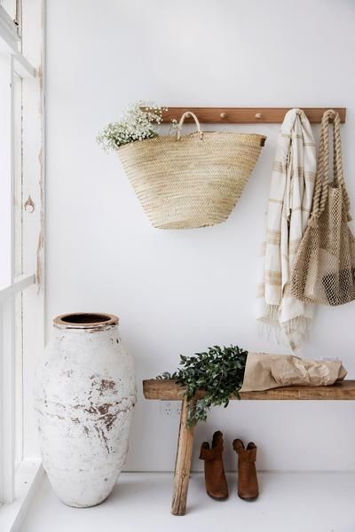 Shaker-style wooden coat hook rail to provide a stylish way to store coats, hats, bags and accessories. Ideal for entrances and hallways, in kitchens, or utility rooms for storing stylish cleaning utensils. Oak. 6 coat pegs.