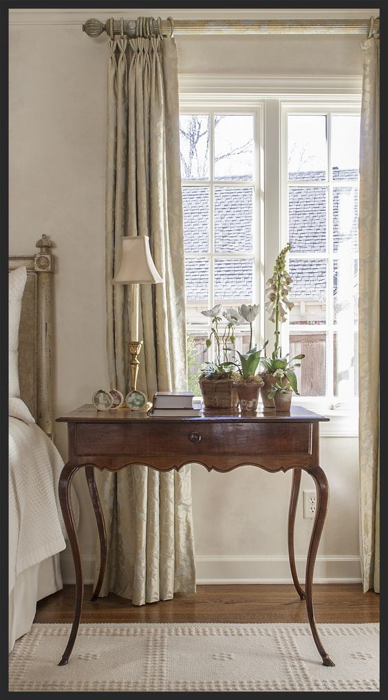 Very graceful table. Linda Kay McCloy - alittleenglishinteriors.com: