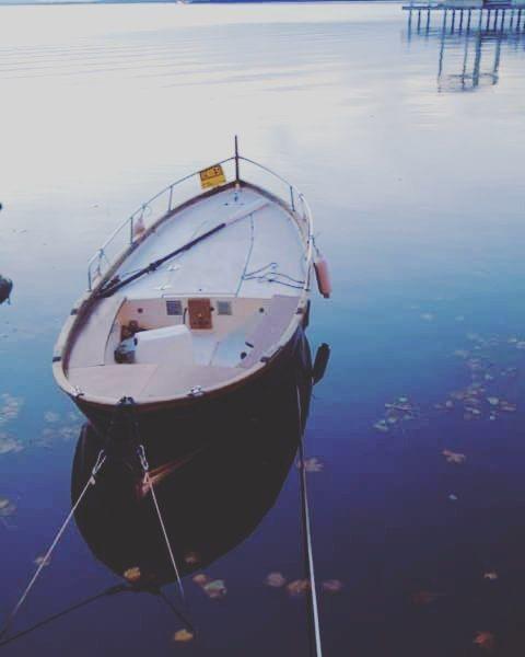 Melancholy . #lastsaturday #perugia #lagotrasimeno #lago #trasimenolake #lake #sunset #umbria #barca #autunno #autumn #ottobre2015 #cambiodellora #eurochocolate #gitefuoriporta #beautifulpic #instmoments #water by pierangela90