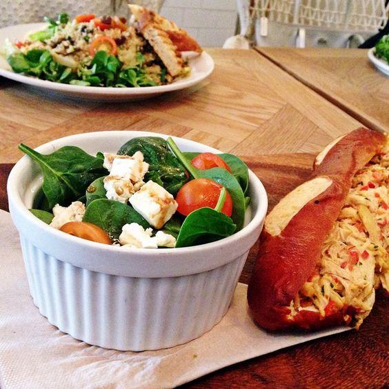 Ensalada de quinoa y sandwich de pollo en Brunch & Cake Barcelona