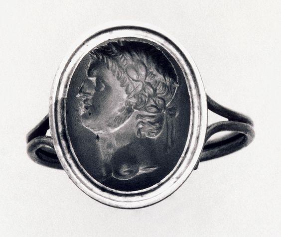 Portrait of Nero. Roman ringstone, 54-68  Plasma, guld (modern gold ring). 1,4 x 1,1 cm Inventory number: I1001