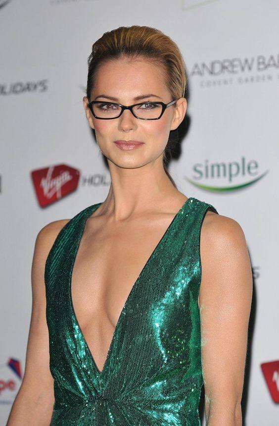 Pin for Later: 77 Stars, die Brillen rocken Kara Tointon