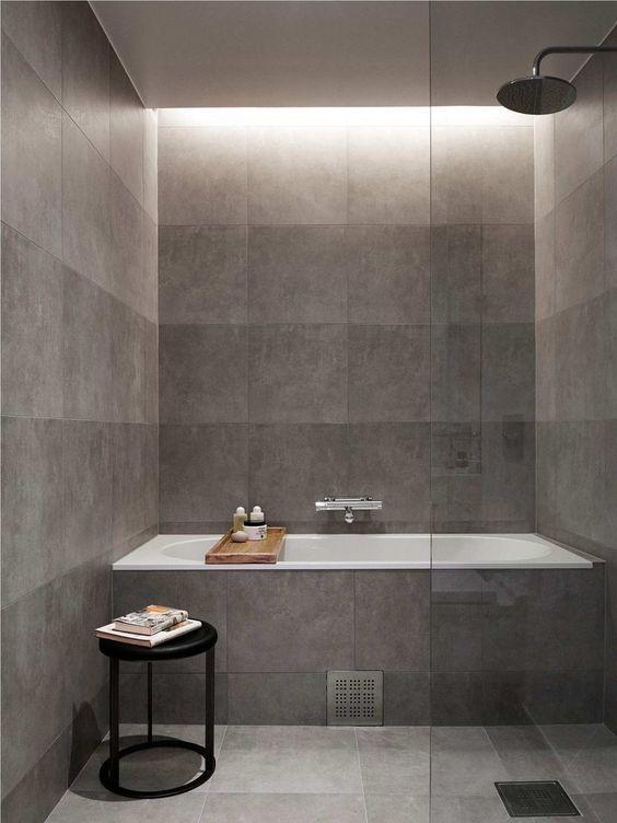 kleine badkamer met grijze tegels