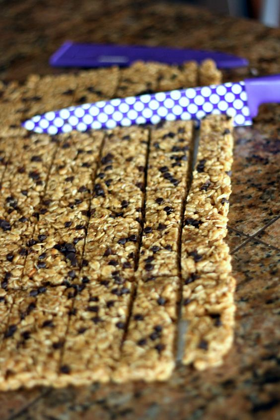 No bake homemade chewy granola bars that use real ingredients like honey, coconut oil, oats, ground flax seeds, and crunchy peanut butter! These taste amazing and can even be frozen to use later for school lunches!