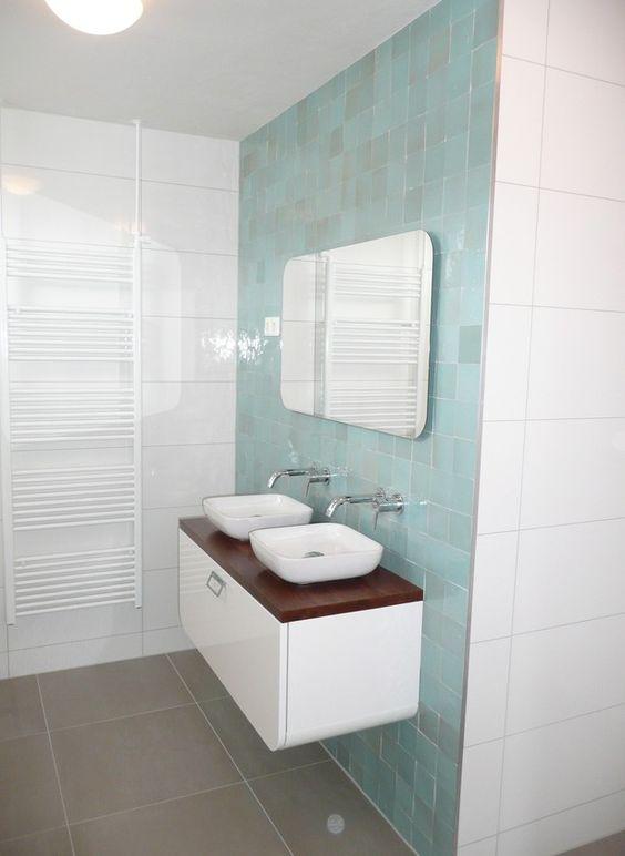 badkamer met zelliges tegels inbouwkranen handgemaakt notenhouten blad